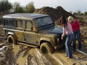 "Kim + Bianca in ""Land Rover-Stuck"""
